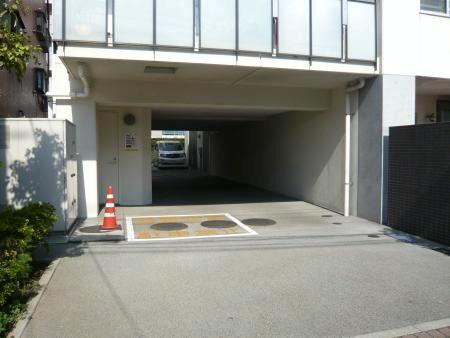 アルテシュロス千歳烏山 駐車場入り口