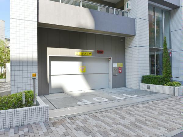 新宿山吹アインスタワー 駐車場入口